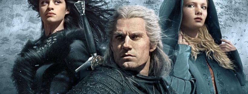 Yennifer com os cabelos ao vento e roupa preta de pele, Geralt com a espada nas costas e Ciri com capuz azul. Todos lado a lado